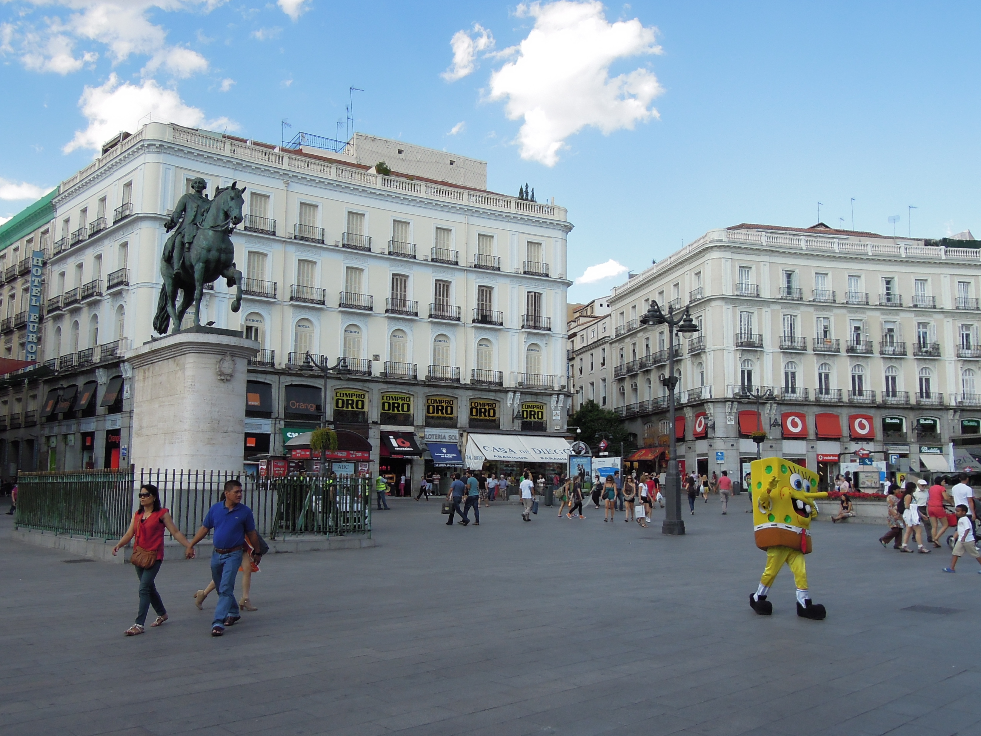 Plaza de la puerta del sol madrid including sponge bob for Plaza del sol madrid